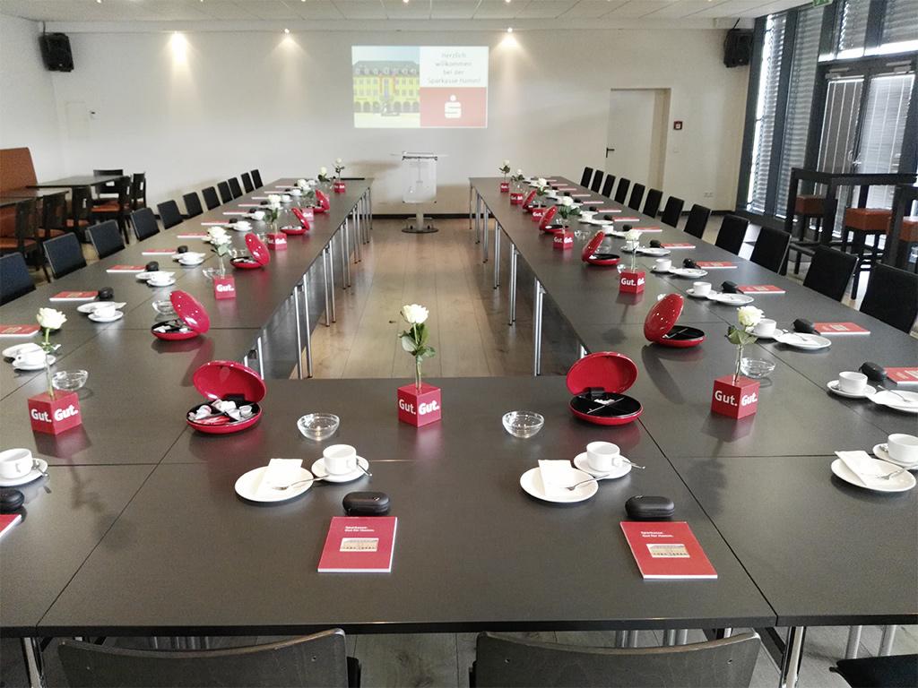 Westpress Arena Hamm - VIP-Raum, eingedeckt für eine Business-Tagung der Sparkasse.