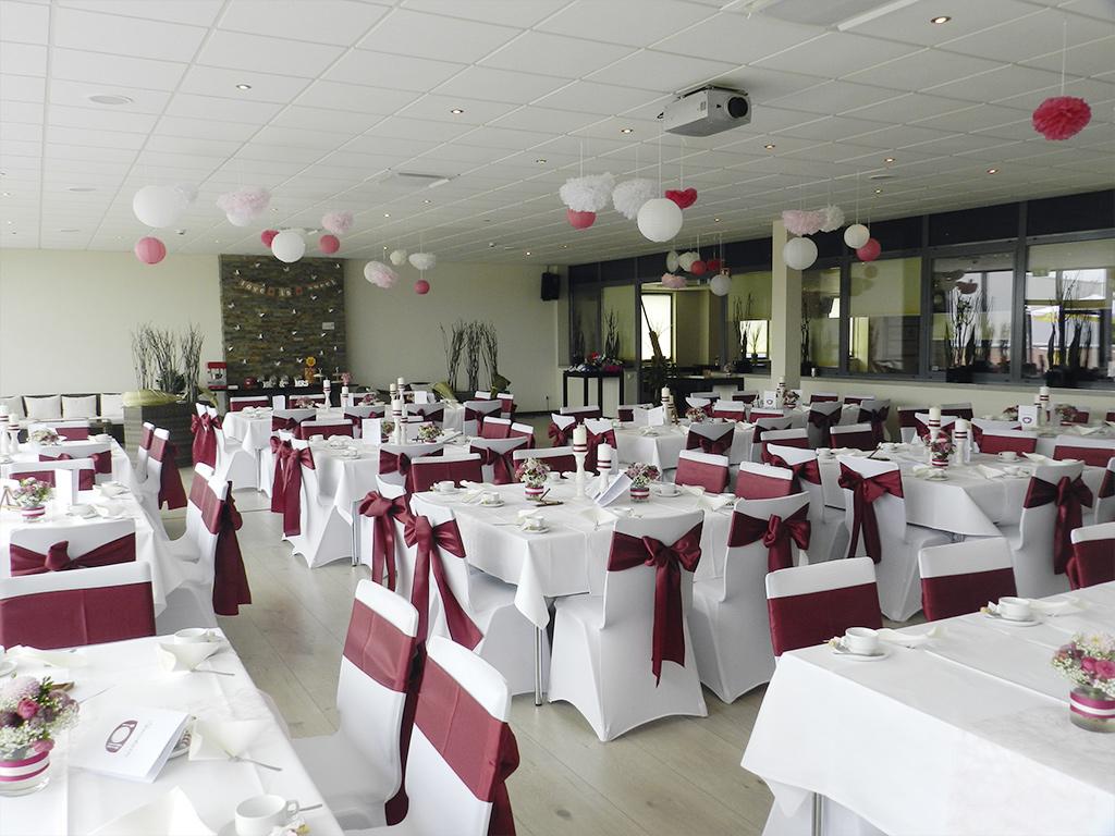 Westpress Arena Hamm - VIP-Raum, eingedeckt in rot/weiß für eine Hochzeit.