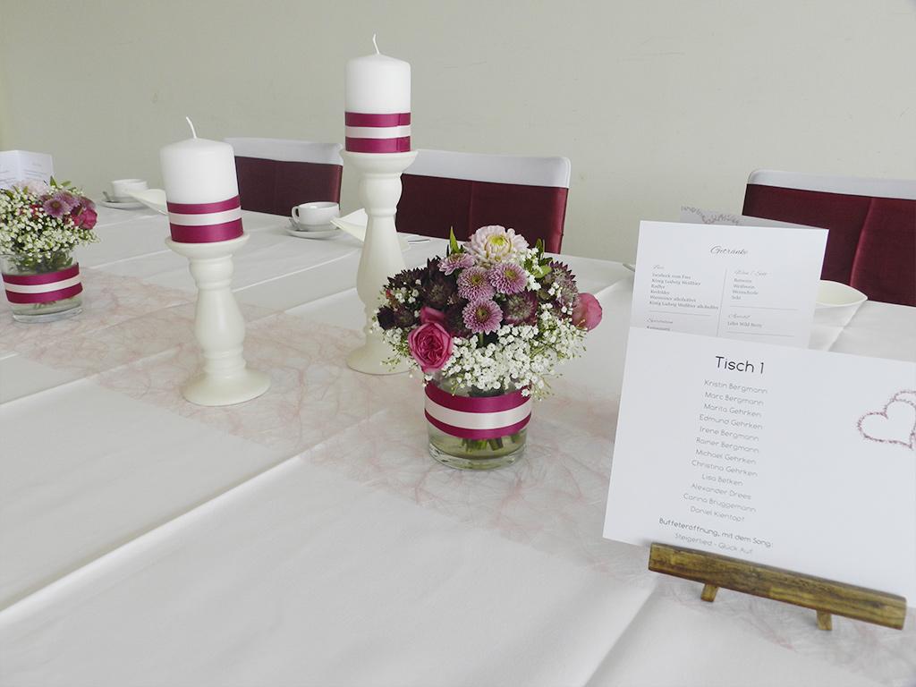 Westpress Arena Hamm - VIP-Raum, Tischdeko in rot/weiß für eine Hochzeit.