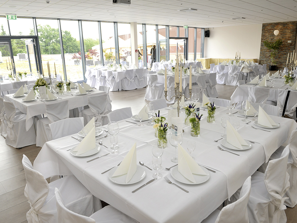 Westpress Arena Hamm - VIP-Raum, eingedeckt in weiß für eine Hochzeit.