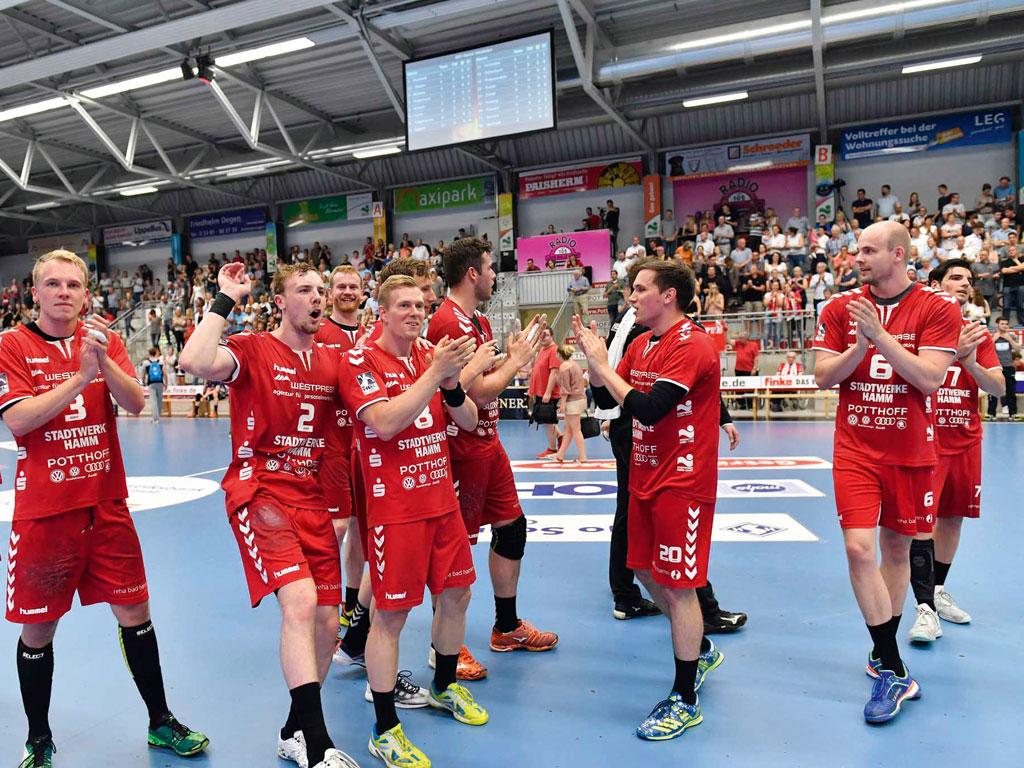 Westpress Arena Hamm - Spieler feiern ihren Sieg beim Handballspiel des ASV Hamm.