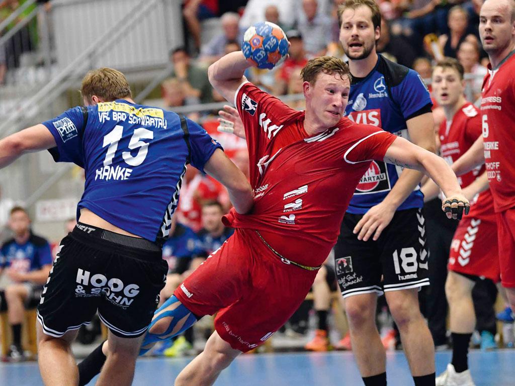 Westpress Arena Hamm - Wurf auf das gegnerische Tor Handballspiel des ASV Hamm.