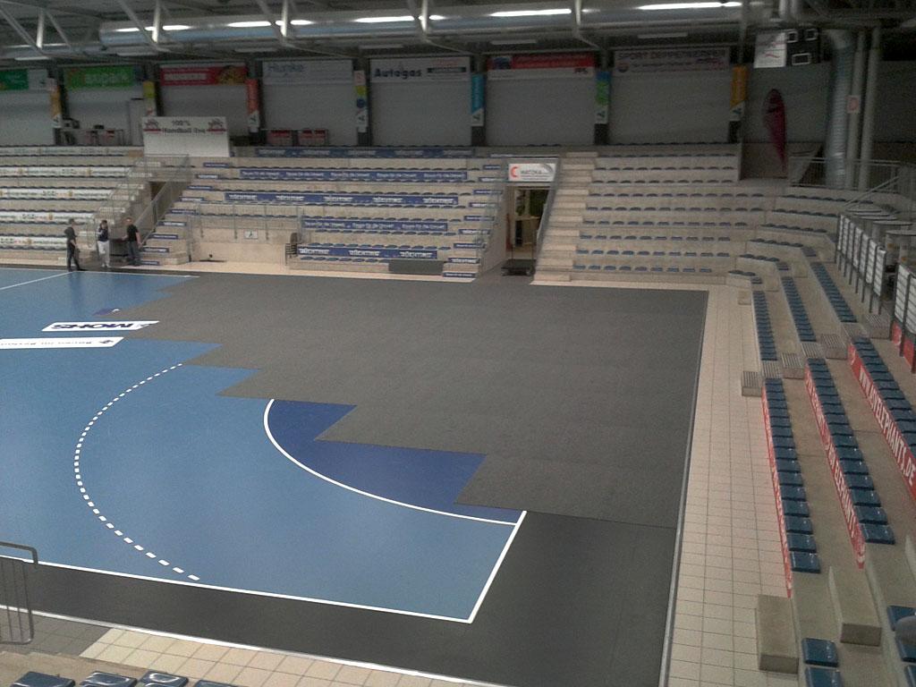 Westpress Arena Hamm - Der Sportboden im Arenabereich wird für eine Veranstaltung abgedeckt..